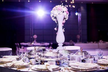 Esküvői illemtan, elegánsan terített vacsora asztal